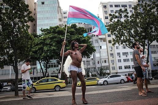 Mídia Ninja. Manifestante com bandeira do movimento trans na Marcha das Vadias realizada em novembro de 2015 no Rio de Janeiro